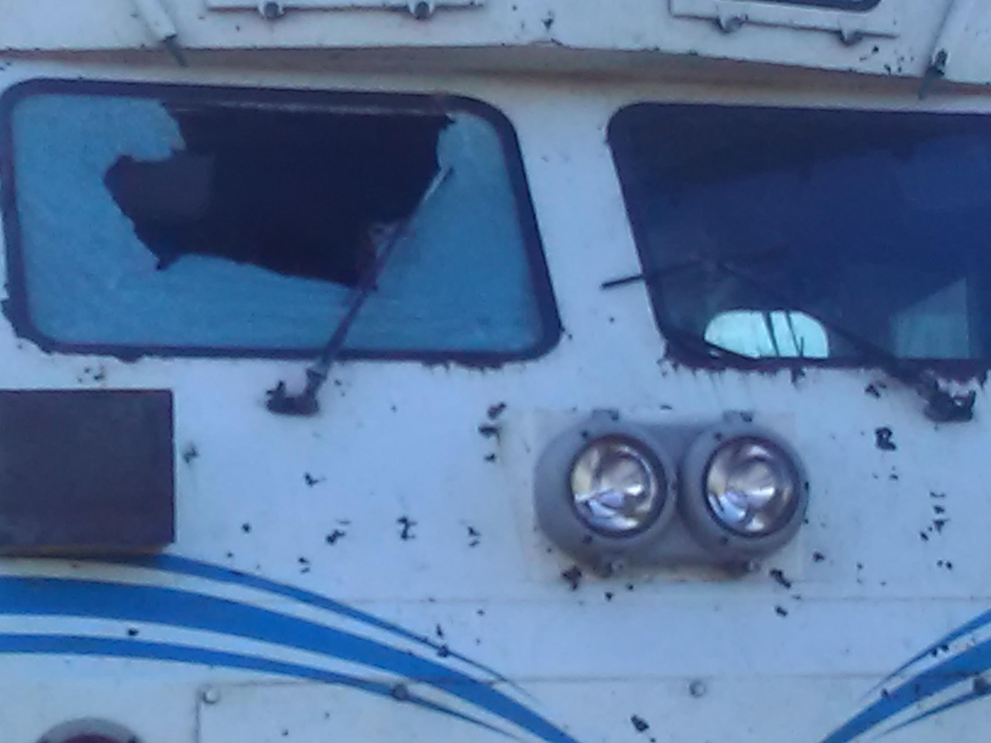 La vitre de la locomotive brisée par les jets de pierres. D. R.
