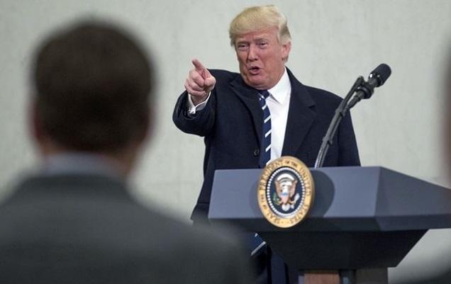 Trump montre les journalistes du doigt. D. R.