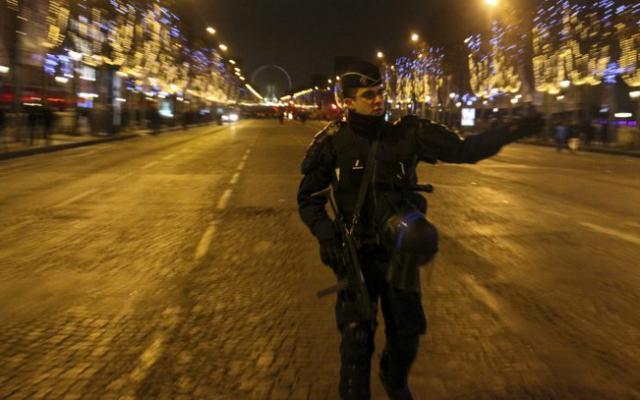 Sur les Champs-Elysées, ce jeudi soir. D. R.