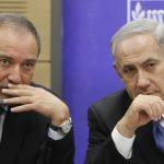 Le ministre de la Défense israélien, Avigdor Liberman, avec Netanyahu. D. R.