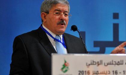 Ouyahia plaide pour un système politique décentralisé et défend Rebrab