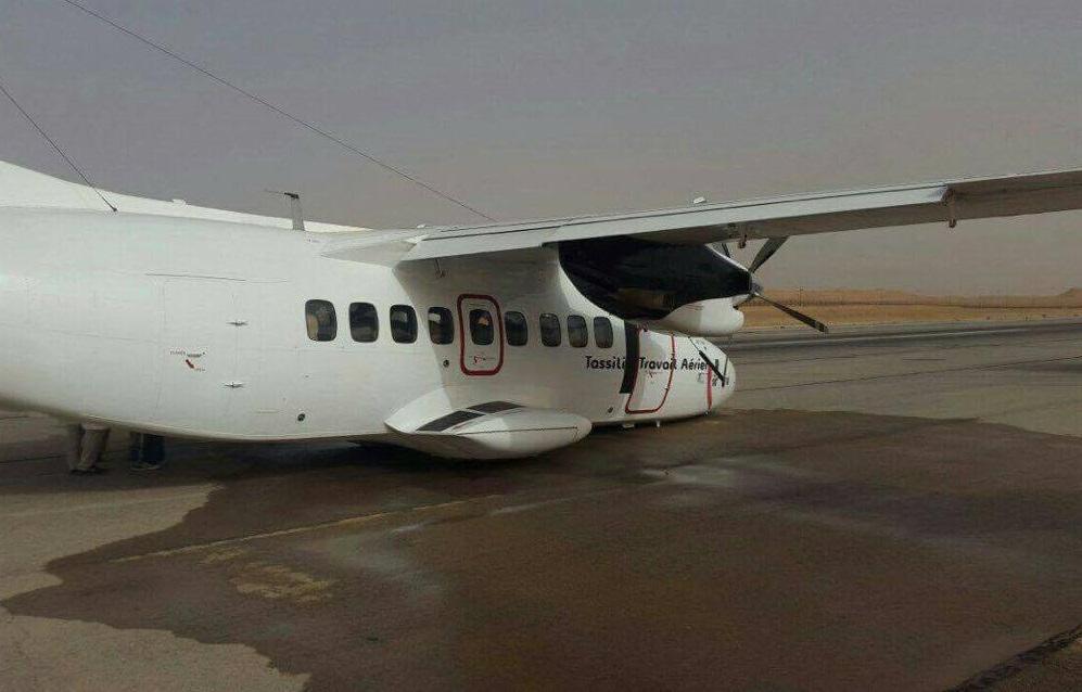 Le Let L-410 qui a raté son décollage, sur le tarmac de l'aéroport de Hassi Messaoud. AP