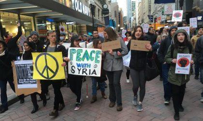 Les Américains manifestent contre les frappes ordonnées par Trump en Syrie