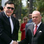 Bernard Cazeneuve, avec son homologue libyen Fayez Al-Sarraj. D. R.