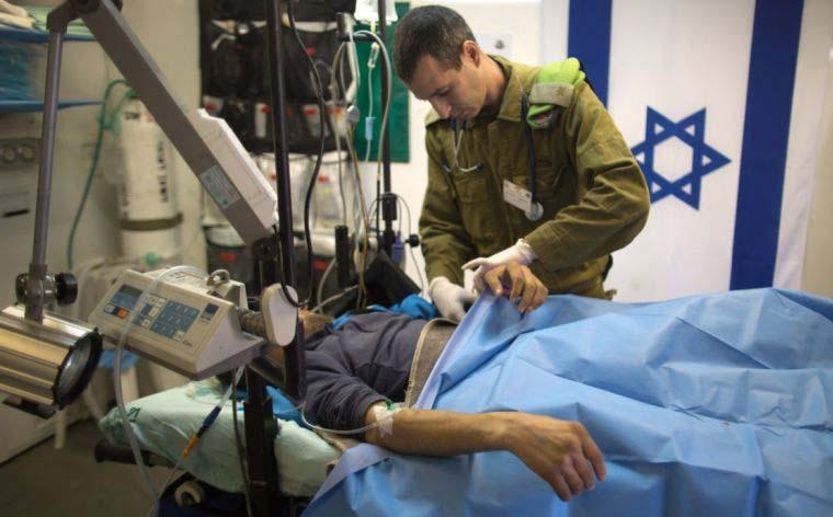 Un terroriste syrien recevant des soins dans un hôpital militaire israélien. D. R.