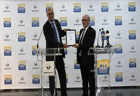 MM. Abrous et Josselin lors de la signature de la convention liant MLA et Renault-Algérie. D. R.