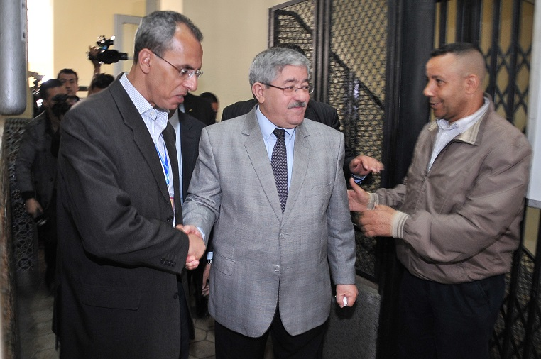 Ouyahia accueilli au bureau de vote. New Press
