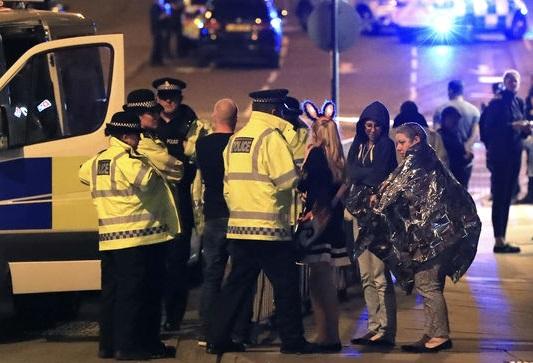 Des spectateurs évacués après l'attentat terroriste qui a fait de nombreuses victimes. D. R.