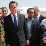 David Cameron encourageant des miliciens islamistes anti-Kadhafi en 2011. D. R.