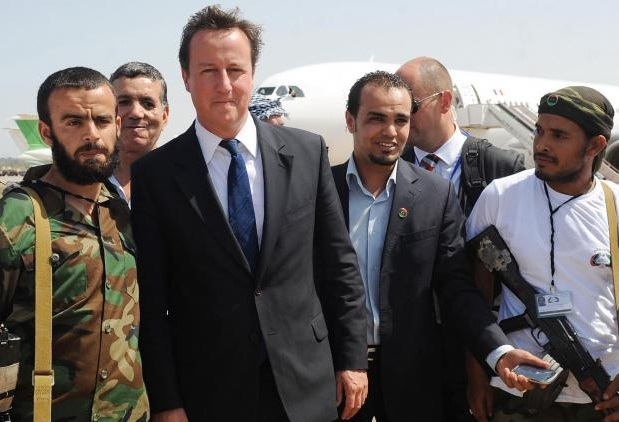 David Cameron encourageant des miliciens islamistes anti-Kadhafi en 2011. D. R.