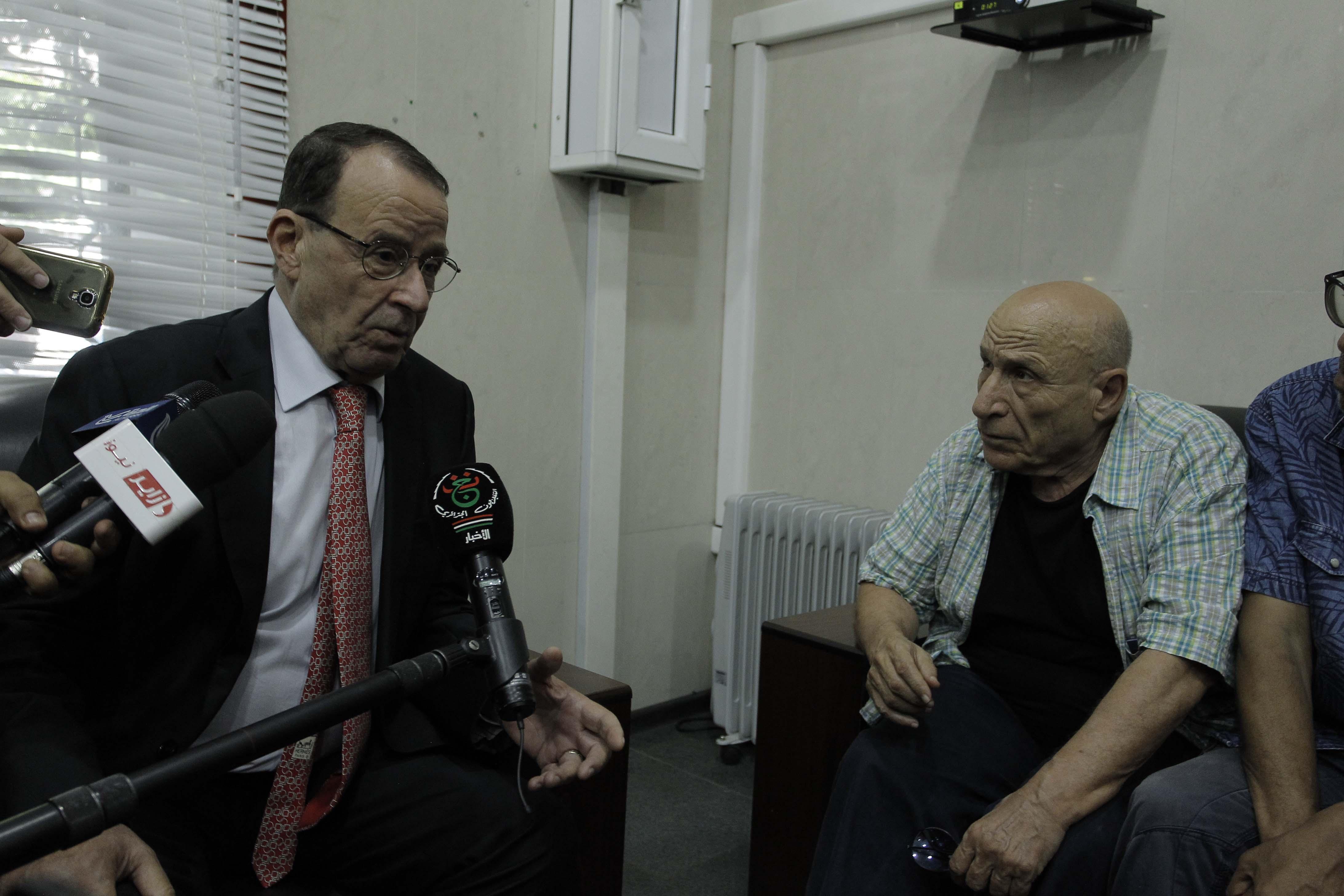 Zouaoui Benhamadi recevant l'écrivain Rachid Boudjedra. D. R.