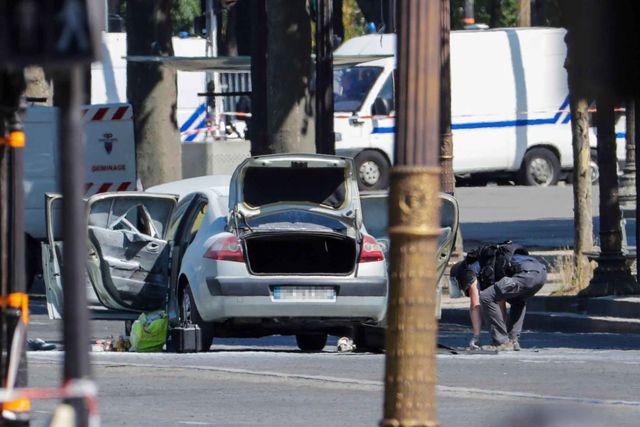 L'«arme» du terroriste qui a foncé sur des gendarmes à Paris : une berline. D. R.