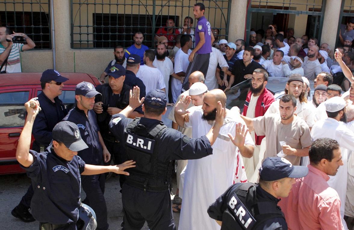 Des extrémistes conduisant une manifestation interdite à Alger, en 2103. New Press