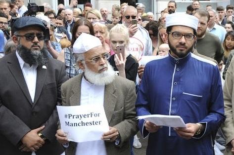 Rassemblement de musulmans britanniques après l'attaque de Manchester. D. R.