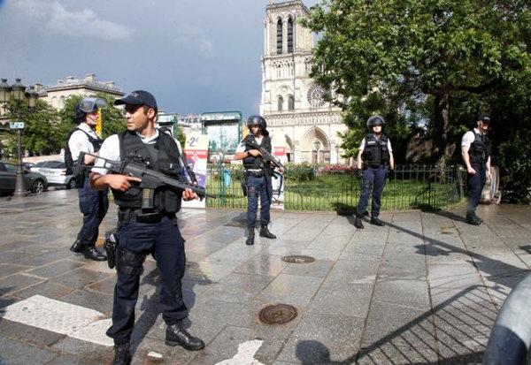 Des policiers en faction sur la parvis de Notre-Dame où a eu lieu l'attaque au marteau. D R.