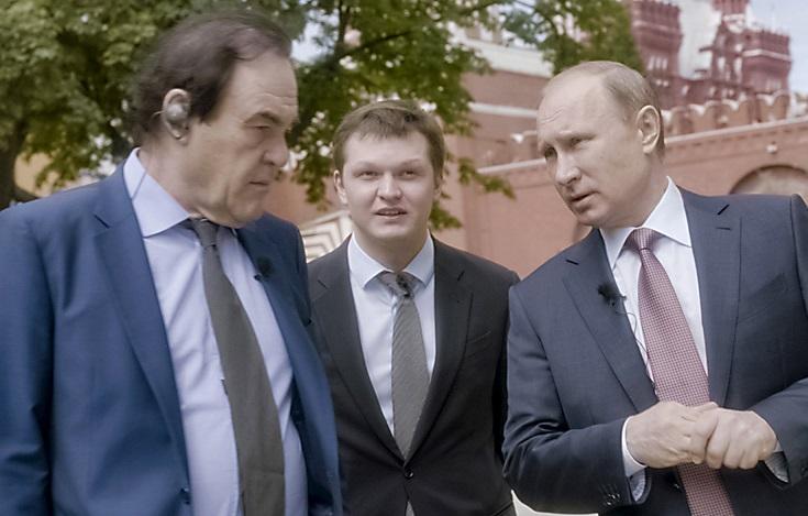 Vladimir Poutine avec Oliver Stone. D. R.