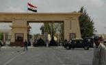 Un Algérien s'étonne devant la frontière palestino-égyptienne