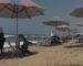 Des tables et des chaises jetées à la mer par des loueurs de parasols