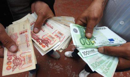 Des clients inhabituels achètent sans compter sur le marché parallèle de la devise