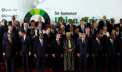 Pourquoi la poignée de main entre Mohammed VI et Ouyahia fait le buzz