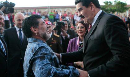 Maradona joue au foot avec Maduro et lui apporte son soutien