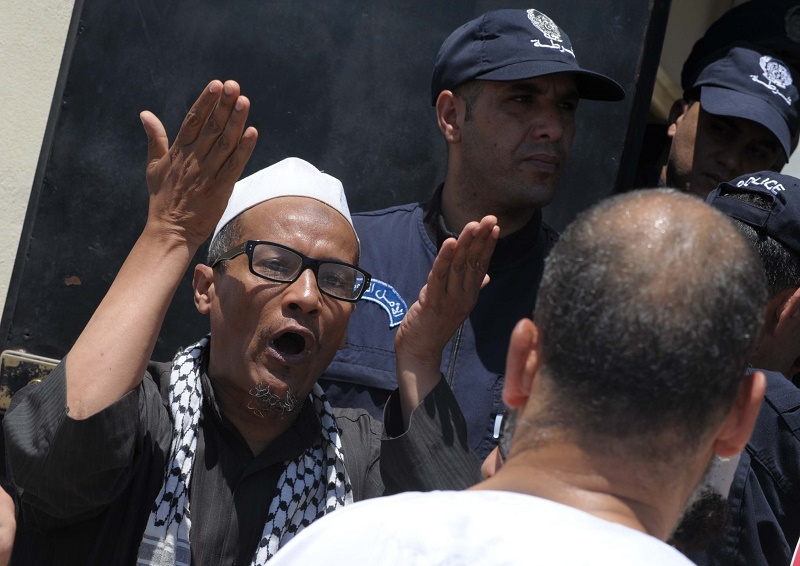 Ali Belhadj a mis le feu publiquement au drapeau français