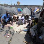 Messahel a indiqué que la migration irrégulière ne saurait être perçue et traitée dans ses causes profondes s'il n'est pas tenu compte de l'interaction objective qui existe entre ce phénomène et le crime organisé, le trafic de drogue, la traite des êtres humains, les conflits armés et l'instabilité politique