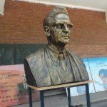 Un buste de l'écrivain et chercheur Mouloud Mammeri