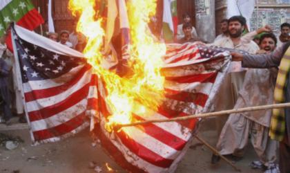 Un drapeau américain brûlé devant la Maison-Blanche après le discours de Trump
