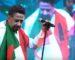 Cheb Khaled brandit le drapeau tunisien lors d'un concert à Dubaï