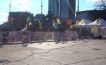 Des Kurdes devant le siège de l'ONU à Genève s'expriment dans le micro d'AP-TV