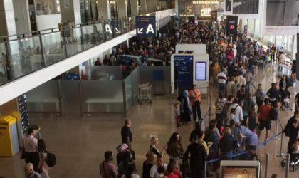 Des Algériens manifestent à l'aéroport d'Orly