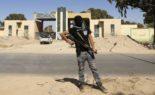 Des Libyens profanent le drapeau des Emirats après la défaite de Haftar