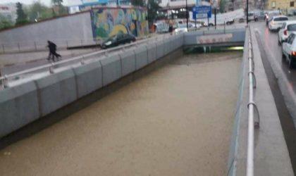 Tiaret: montée des eaux d'oueds et des routes bloquées suite aux intempéries