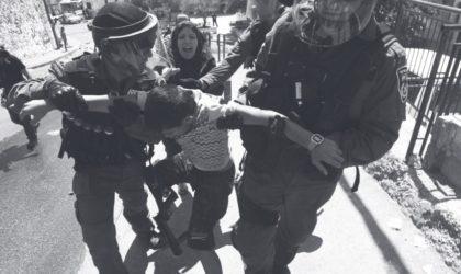 Des soldats israéliens tabassent des enfants palestiniens