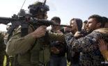 Des Palestiniens brutalisés par Tsahel lors d'une manifestation