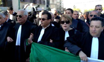 Des avocats et magistrats manifestent pour le changement du système politique
