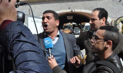Karim Tabbou hué par les manifestants après son appel au général Gaïd-Salah