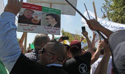 Des centaines de personnes se rassemblent devant le siège de l'UGTA
