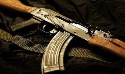 Précédent grave : un nervi pro-régime exhibe une arme de guerre et menace