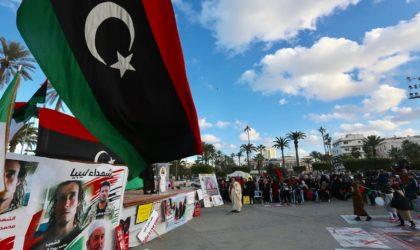 Les Libyens brandissent le drapeau algérien lors de manifestations à Tripoli