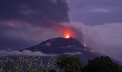 Indonésie : des milliers de personnes fuient un gaz toxique après l'éruption d'un volcan